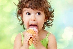 mädchen mit einer kugel eis zum kindergeburtstag